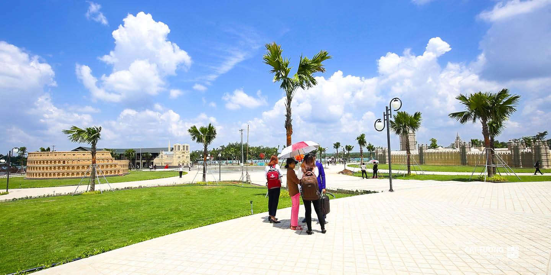 nhà đầu tư tham quan hạ tầng dự án Cát Tường Phú Hưng